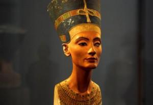 3448071--bustu-kralovny-nefertiti-objevil-v-roce-1912-nemecky-archeolog-ludwig-borchardt--1-640x440p0