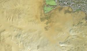 Detail satelitního snímku, v oblasti vpravo nahoře zelená plocha, pozůstatek starověkého rybníka. Vlevo dole část rozsáhlých pohřebišť jižního Abúsíru